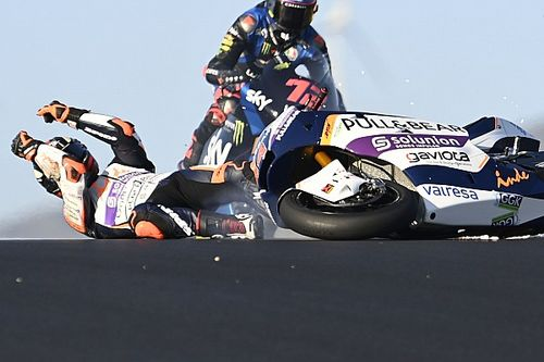 MotoGP в Португалии проходит весело: мотоциклы взлетают, пилоты падают под колеса и ловят попутку у края трассы