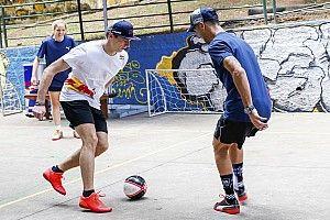 GALERÍA: Verstappen y Ricciardo también se retan en fútbol