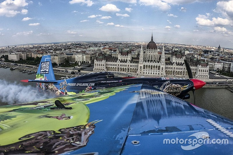 54 perc és 85 ember - így készül az Air Race pályája Budapesten