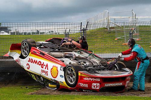 Претендент на титул в Supercars перевернулся во время гонки