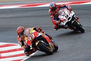 Marquez verslaat Petrucci in natte Grand Prix van San Marino