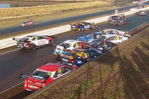 В гонке Supercars произошел массовый завал