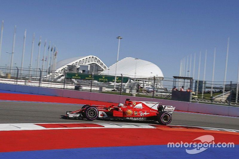 Vettel ook bovenaan in derde training, Verstappen klokt vijfde tijd
