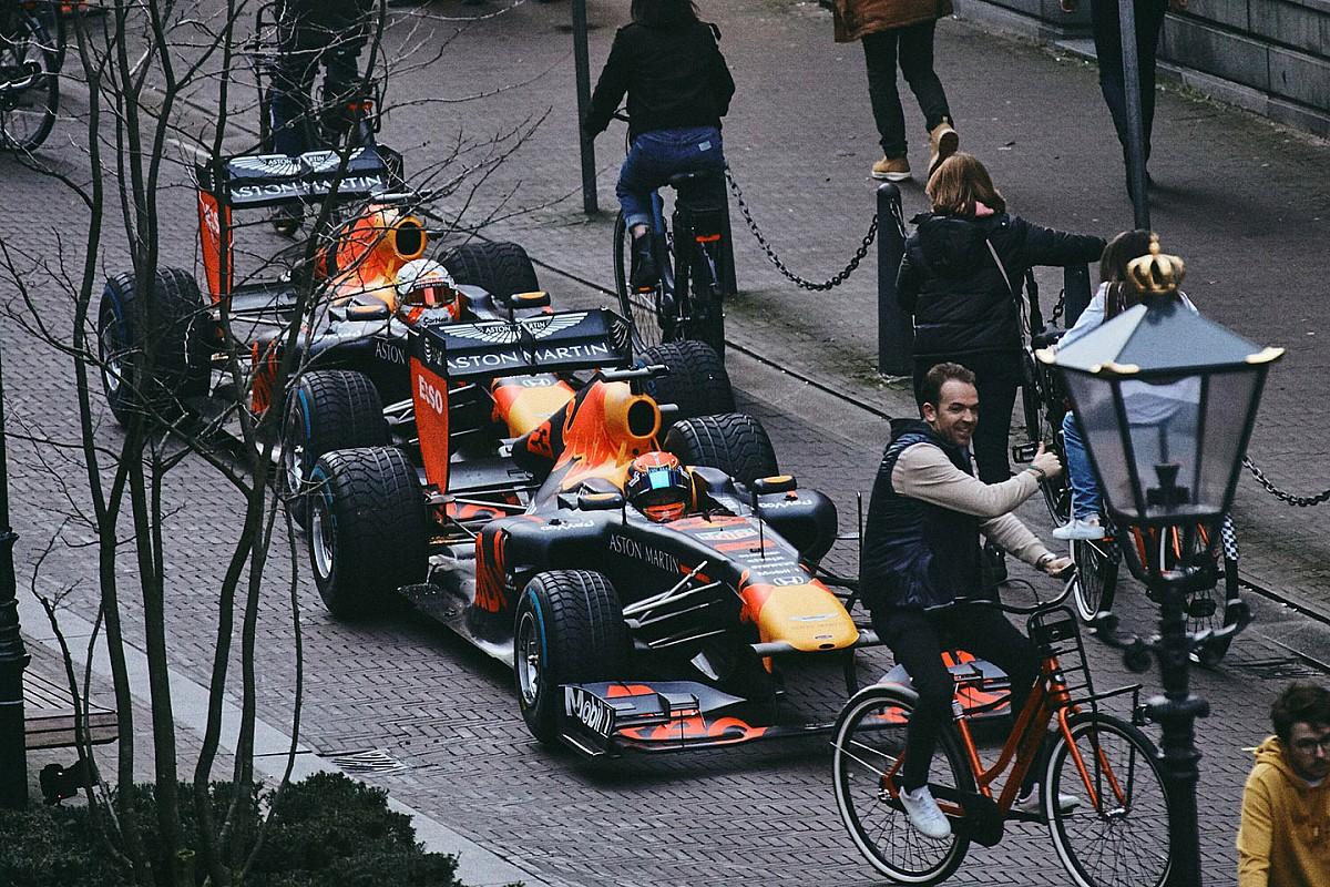 Elképesztően látványos videóval állt elő a Red Bull: Verstappen és Albon csapatása Hollandiában