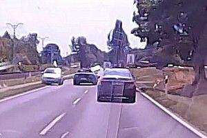 Még a szemből érkező autóst is leszorította egy Mustang a Balatonnál