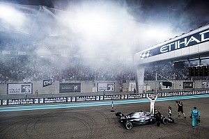 Samochód przewagą Hamiltona