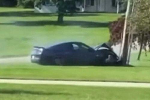 Videó: Egy villanyoszlop állította meg a gumiégetés után elszabadult Mustangot