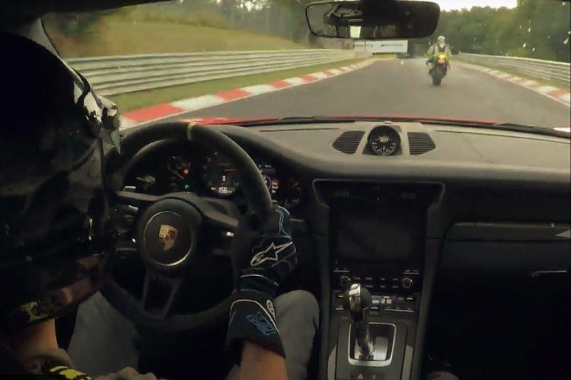 Vídeo: duelo Porsche 911 GT3 RS vs. Kawasaki ZX-10R
