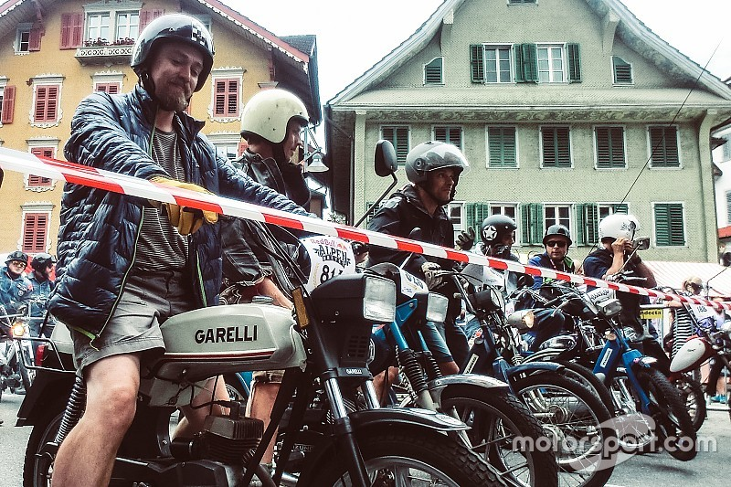 Auf einem Moped in die Jugend zurückversetzt: es lebe das Alpenbrevet!