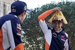 Vídeo y fotos: los Márquez, ante el reto de la caja sorpresa
