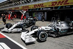 Mercedes перекрасила машины для домашнего Гран При в белый: фото