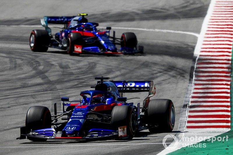 Toro Rosso объяснила заминку на пит-стопе Квята: механики думали, что к ним едет Элбон