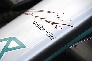 Mercedes rinde homenaje a Lauda en sus autos