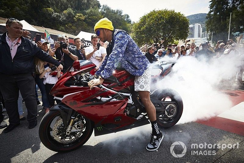 Hamilton se presentó en Mónaco con una moto de casi 70.000 euros