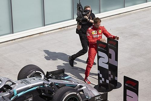 A jelenet, ahogy Vettel dühösen beteszi a 2-es számot Hamilton Mercedese elé (videó)