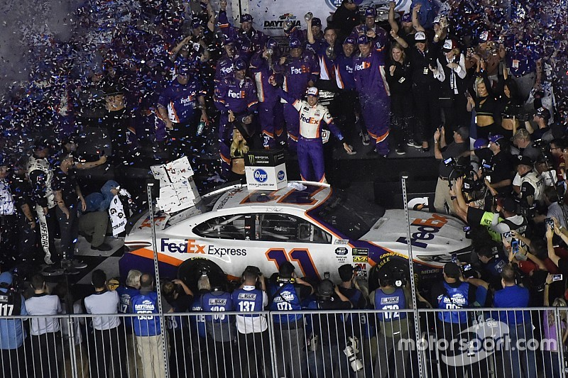Denny Hamlin gana una accidentada Daytona 500