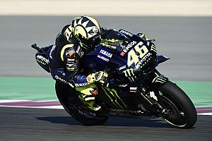 Rossi tast in het duister, terwijl teamgenoot Viñales schittert