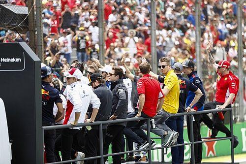 """Vídeo: Ricciardo 'trollea' a Mercedes y Alonso recibe una curiosa """"oferta"""""""
