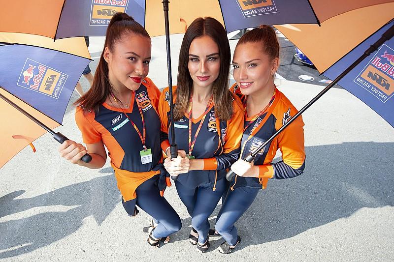 Grid girls roubam cena nos bastidores da MotoGP na Alemanha