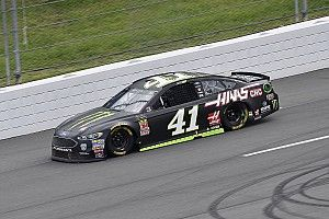 Kurt Busch toma la pole position en Michigan y Suárez 22