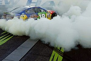 Дым, овалы и американский флаг. Как гонщики NASCAR праздновали победы