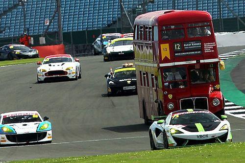 """Un """"safari"""" en autobús en mitad de un gran premio de coches"""