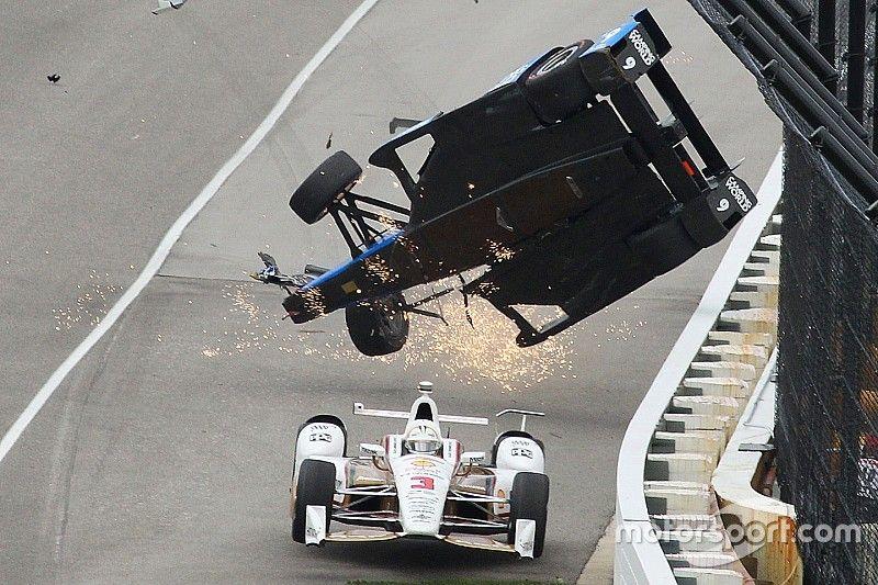 Foto's: De crash van Scott Dixon in de Indy 500