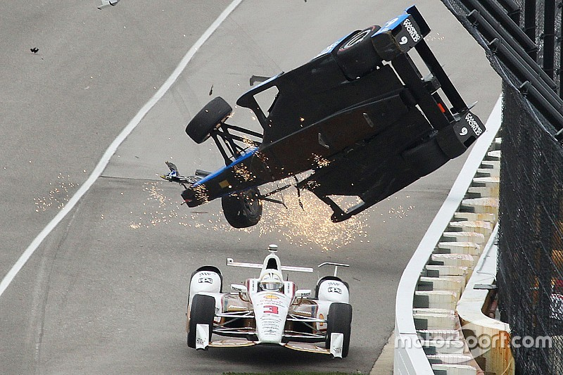 Foto's: De crash van Scott Dixon in de Indy 500
