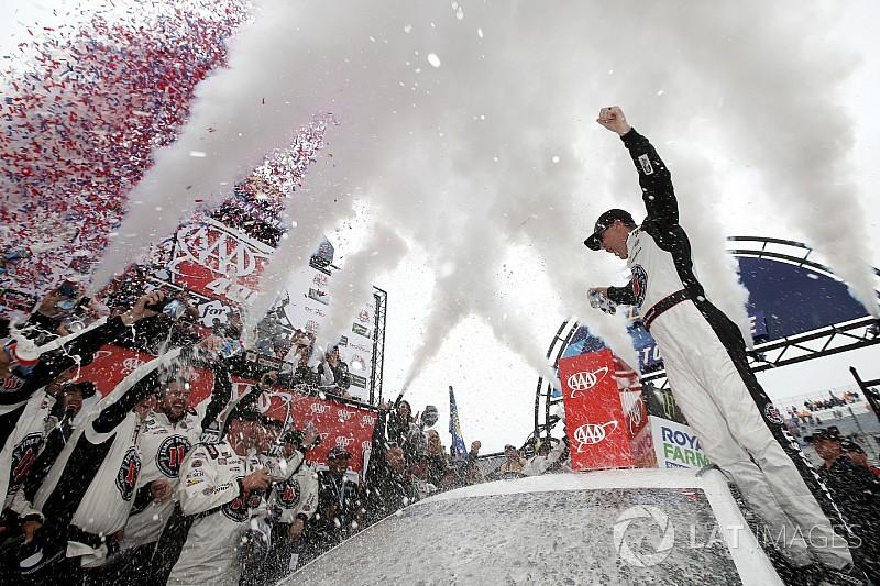 Харвик выиграл гонку NASCAR в Довере