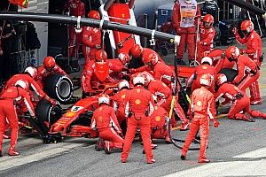 Videón, ahogy a Mercedes szakembere majdnem besétál a Ferrarihoz