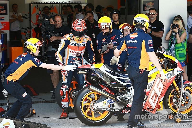Los mecánicos de MotoGP también con casco en el warm up
