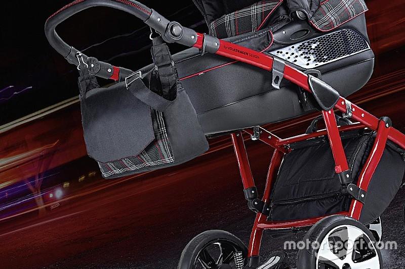 Un Volkswagen GTI en un carrito de bebé