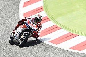Lorenzo élvezi, ahogy szép lassan begyorsul a Ducatival