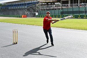 Így kriketteznek az F1-es versenyzők Silverstone-ban: Vettel adta!