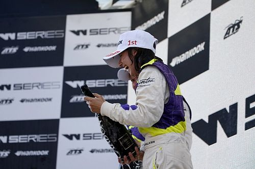 A pezsgő ízét köszönheti győzelmének a W Series legfiatalabb versenyzője