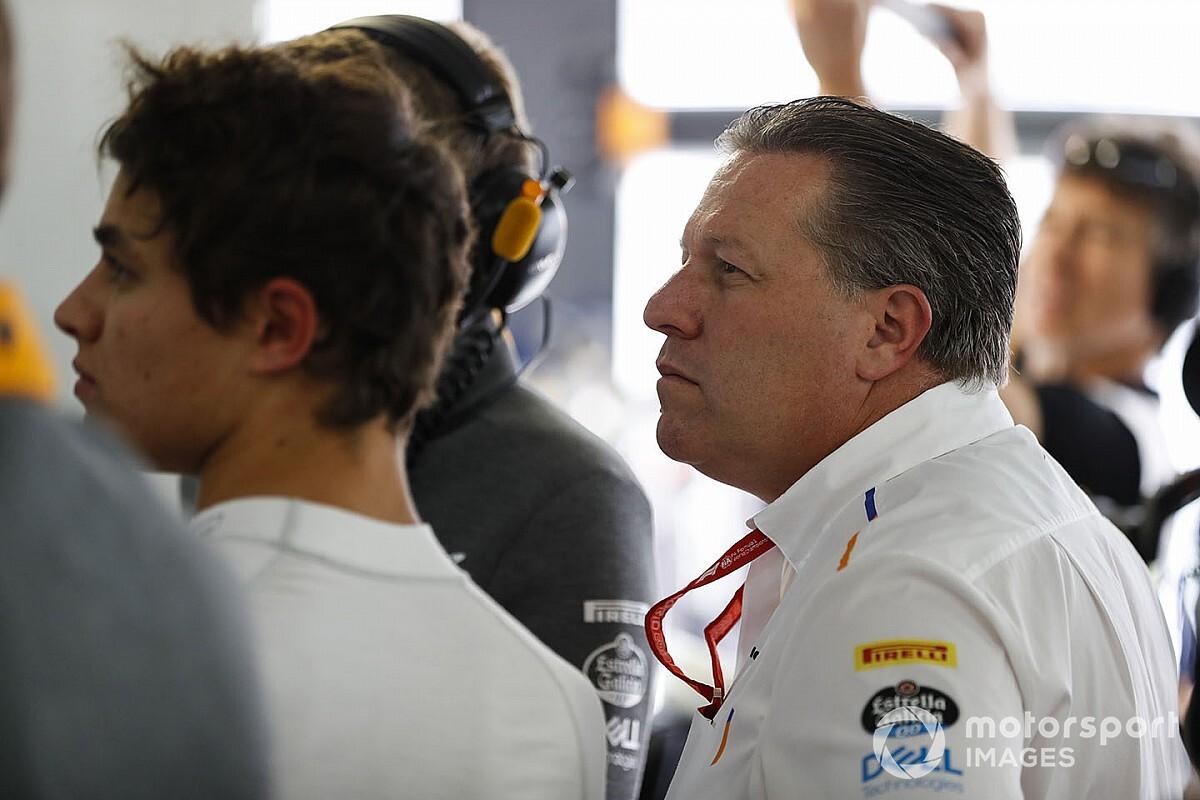 Zak Brown, a McLaren vezérigazgatója is szimulátorba ül