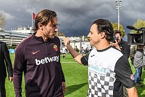 Massa joga 'pelada' com Francesco Totti, lenda do futebol italiano