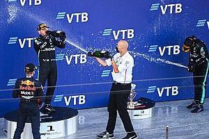 Verstappen, un 'sujetavelas' resignado en el podio de la F1