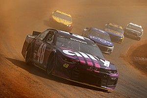 VIDEO: Eerste NASCAR-dirtrace in ruim 50 jaar zorgt voor spektakel