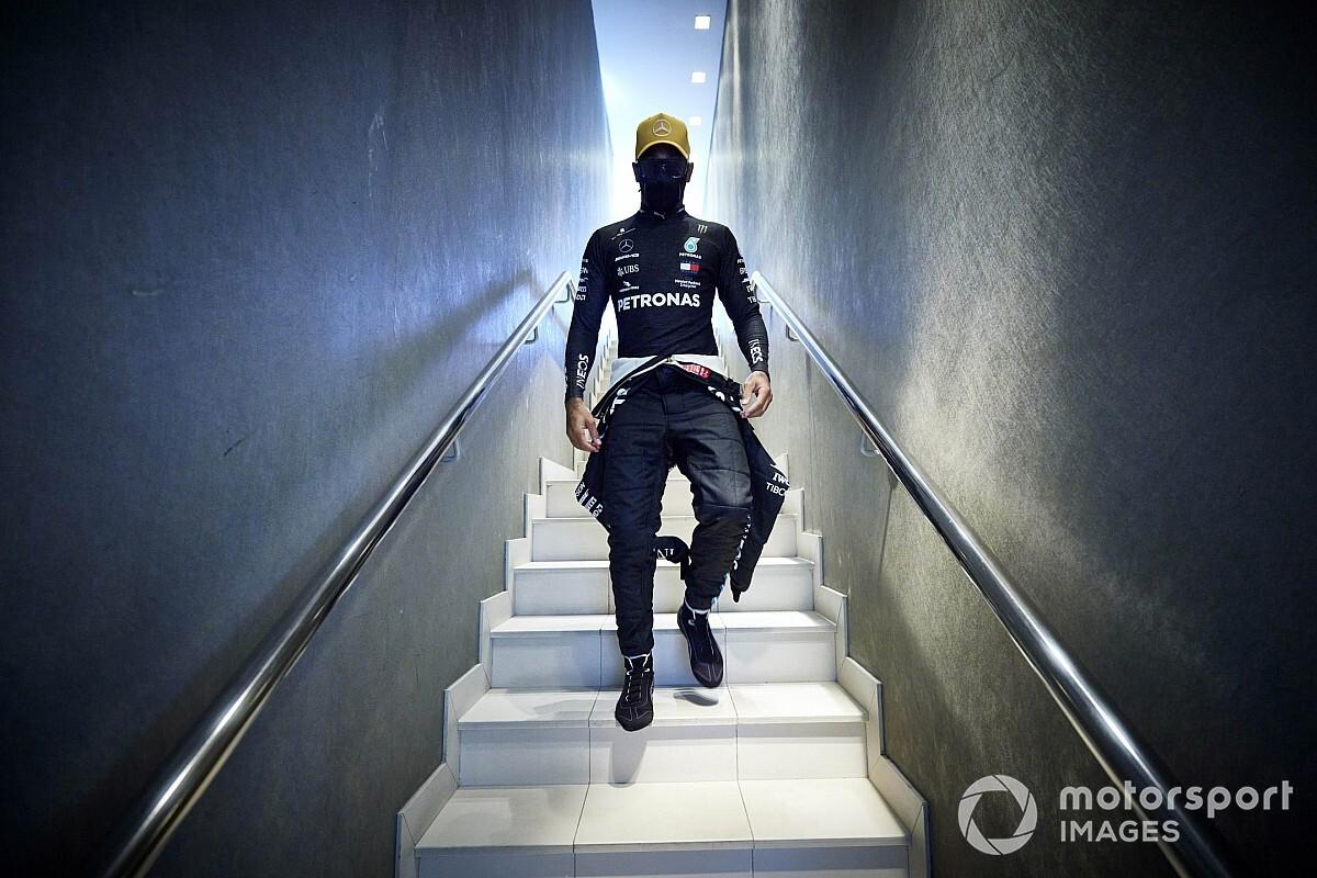 メルセデス代表、コロナ明けのハミルトンに「レースができるかどうかは彼が決めること」