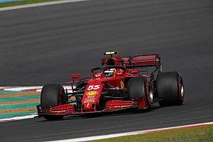 Sainz már kicsit bánja a büntetését, látva a Ferrari jó törökországi tempóját
