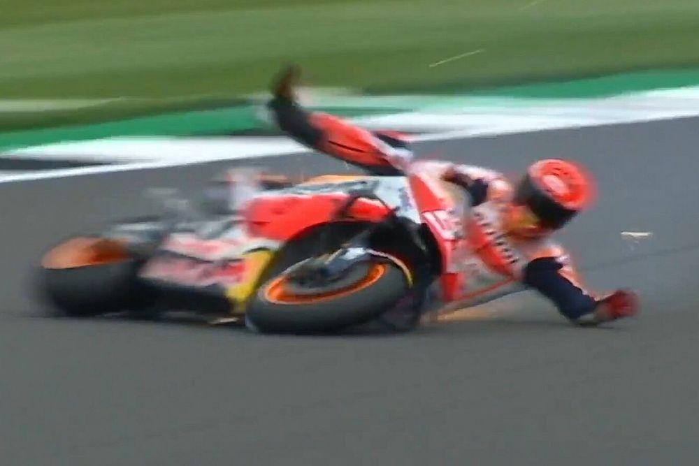 Vídeo: la terrible caída de Márquez en Silverstone