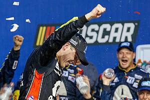 Bowman trava duelo insano com Larson e vence pela primeira vez na NASCAR