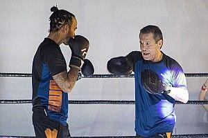 Legendás bokszolóval kesztyűzött Hamilton Mexikóban