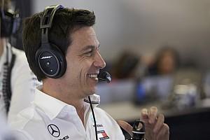 """Wolff blijft Verstappen volgen: """"Contracten zijn heel complex"""""""