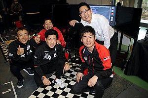 SGT王者たちも夢中に! motorsport.comコーナーのレーシングシミュレータが盛況