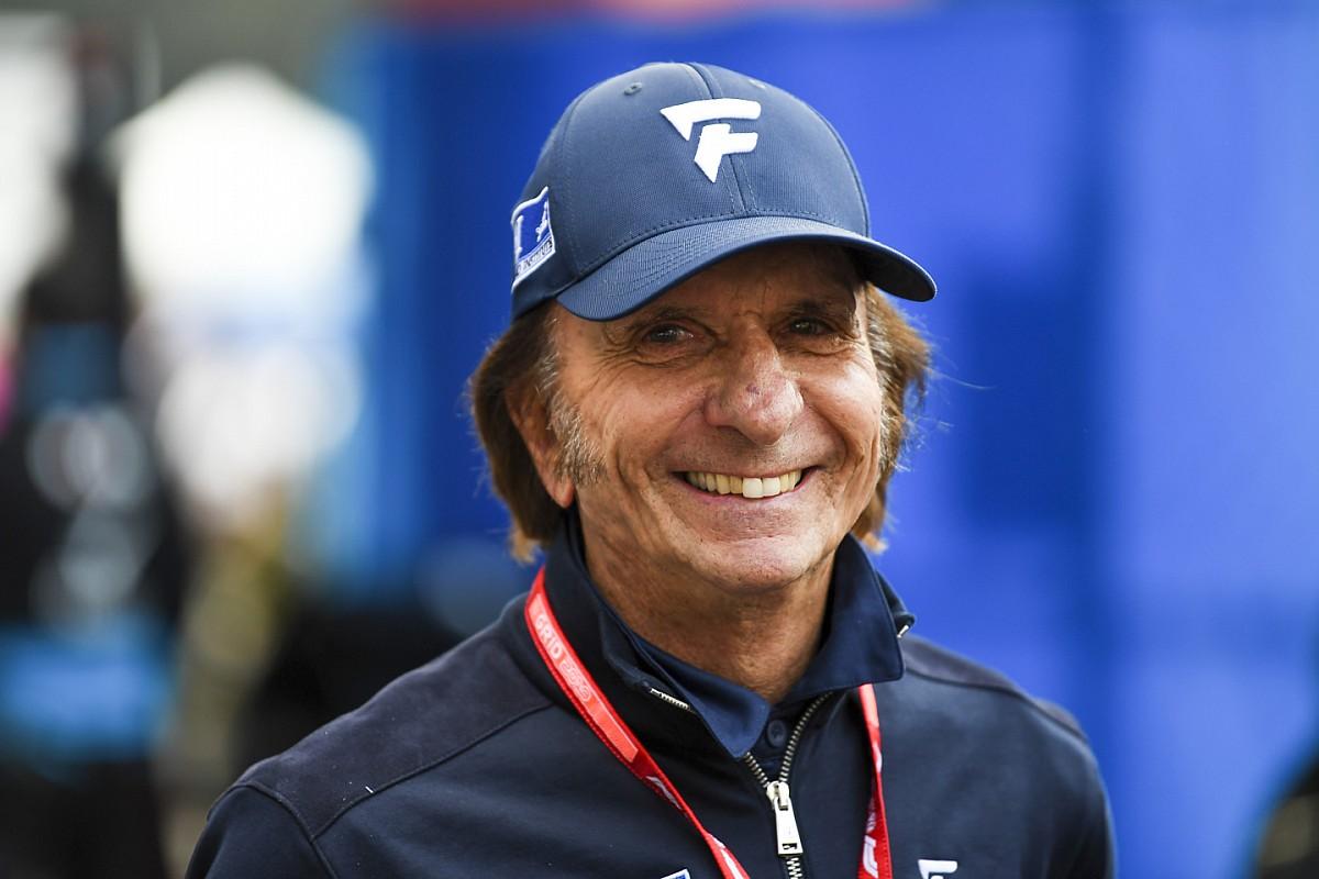 """Emerson Fittipaldi celebra 'volta' a Indianápolis ao lado de lendas como Alonso e Andretti: """"Sou um dinossauro no simulador"""""""