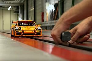 Videó: Oldalról csapódik a Porsche a Bugattiba - mindezt legóból