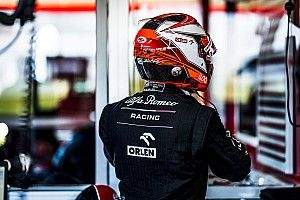 Фото: Alfa Romeo в камуфляжной раскраске едет по трассе. За рулем Кими Райкконен
