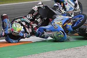 Лучшие фото уик-энда: падения мотоциклистов в Валенсии – и куча гонок в Макао
